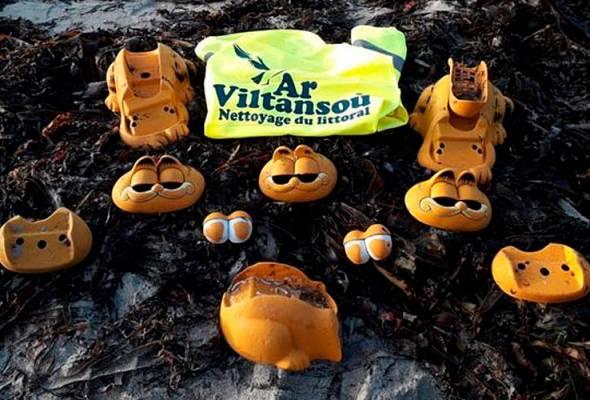 Serpihan telefon 'Garfield' yang sering ditemui oleh kumpulan pembersihan pantai tempatan, Ar Viltansou. - FOTO FACEBOOK CLAIRE SIMONIN / AR VILTANSOU | Astro Awani