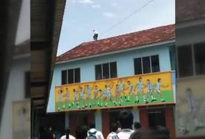 Kecewa cinta ditolak, murid cuba terjun dari bumbung sekolah