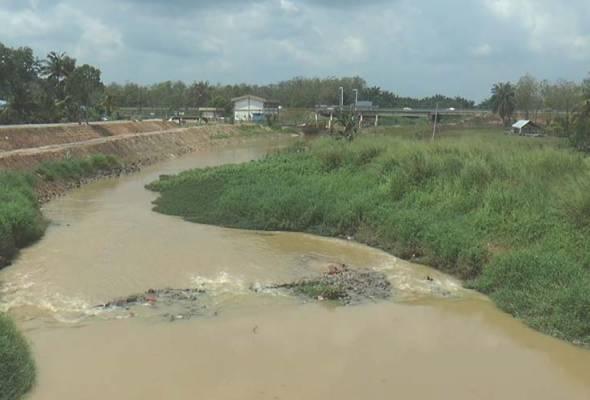 Air sampah punca Sungai Benut tercemar