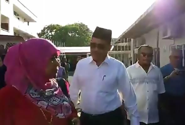 Shahidan, 68, yang berkemeja putih dan bersongkok, tiba di perkarangan mahkamah pada 8.50 pagi. | Astro Awani
