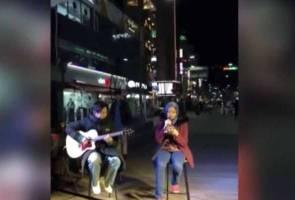 Gadis Melayu bertudung busking lagu Korea di Seoul 2