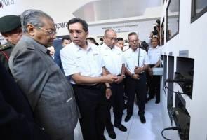 Tun Mahathir lancar radio tentera generasi kedua di LIMA'19