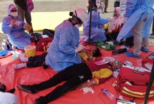 Pelajar yang mengalami kesan terhidu bahan kimia diberi rawatan segera. Foto JBPM   Astro Awani