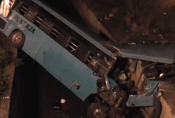 Siasatan awal mendapati bas terbabit hilang kawalan sebelum menjunam ke dalam longkang sedalam 10 meter. - Foto Astro AWANI | Astro Awani