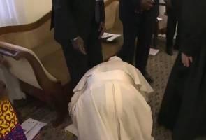 Lupakan ego, pemimpin terbesar gereja Katolik cium kaki pemimpin Sudan Selatan