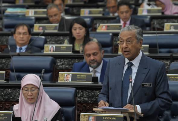 Perdana Menteri Tun Dr Mahathir Mohamad membentangkan Rang Undang-Undang Perlembagaan Persekutuan Artikal 1(2) pada Persidangan Dewan Rakyat di Bangunan Parlimen hari ini. Hadir sama TPM Datuk Seri Dr Wan Azizah Wan Ismail. - fotoBERNAMA   Astro Awani