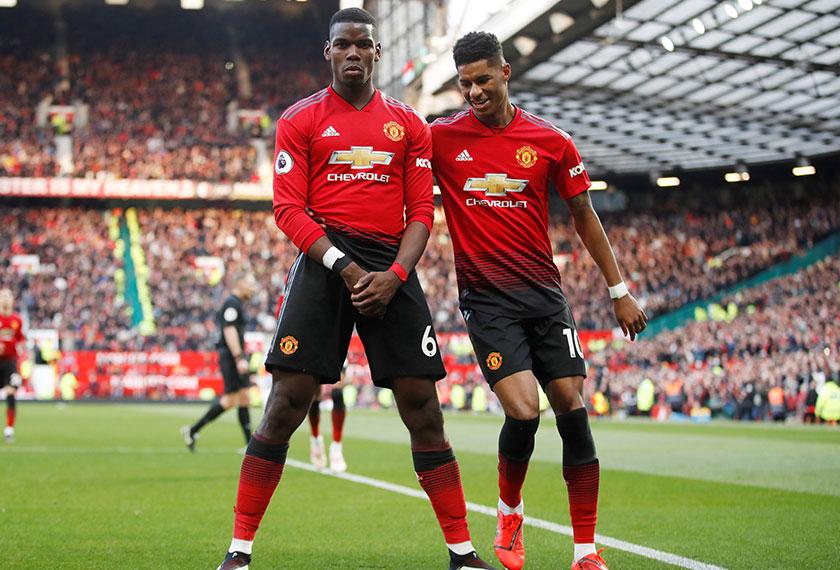 Pemain Manchester United, Paul Pogba (kiri) dan Marcus Rashford meraikan kejayaan kemenangan ke atas West Ham, dua minggu lalu. Foto - REUTERS.