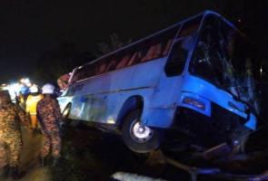 Empat cedera, bas bawa 30 pekerja kilang terbabas