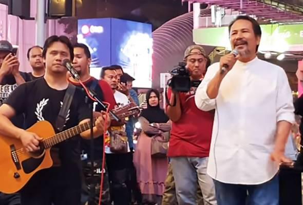 Dia datang bagai sakti, kemunculan Datuk M Nasir memukau hadirin yang menyaksikan persembahan 'busking' di Bukit Bintang - Foto Youtube/Asam Bergaram | Astro Awani
