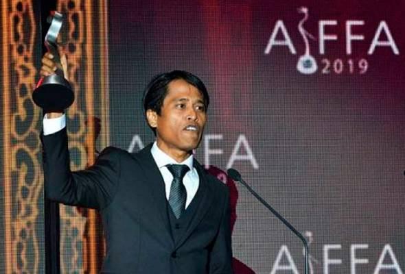 Pelakon 'One Two Jaga' Amerul Affendi merangkul Pelakon Pembantu Terbaik di majlis Anugerah dan Festival Filem Antarabangsa ASEAN (AIFFA) di Kuching malam tadi. - Foto Bernama | Astro Awani