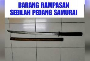 Kantoi ada skandal, lelaki ugut isteri dan ibu dengan parang samurai