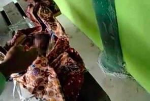 Mayat bayi perempuan dalam kain batik di bangku surau