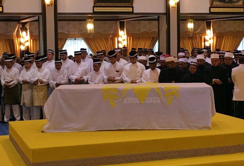 YDP Agong Al-Sultan Abdullah Ri'ayatuddin Al-Mustafa Billah Shah menunaikan solat jenazah untuk Almarhum Paduka Ayahanda Sultan Ahmad Sha