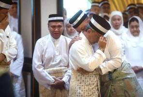 Agong sebak ketika beri penghormatan terakhir kepada Almarhum ayahanda