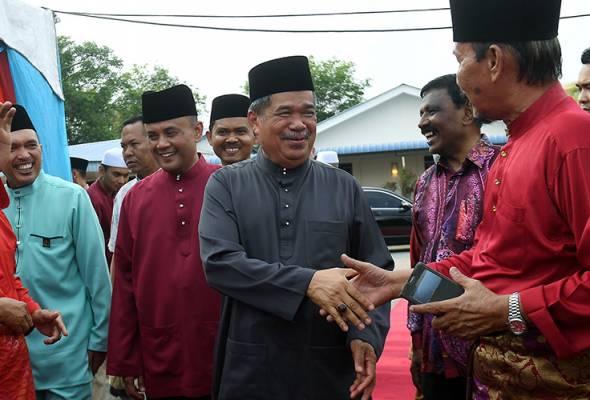 Mohamad bersalaman dengan tetamu dan veteran yang hadir pada Majlis Perjumpaan Bersama Warga Veteran ATM Zon Utara di Padang Kawad Kem Lapangan Terbang Sungai Petani, 23 Mei, 2019. --fotoBERNAMA | Astro Awani
