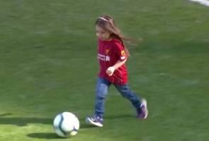 Comelnya... anak perempuan Salah tunjuk bakat jaringkan gol