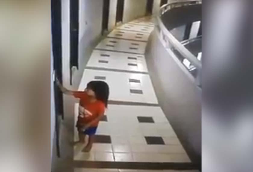 Rakaman CCTV menunjukkan kanak-kanak itu berlari-lari di koridor bilik hotel penginapannya sebelum terjatuh. -Video viral
