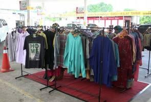 Baju percuma di stesen minyak sempena Ramadan