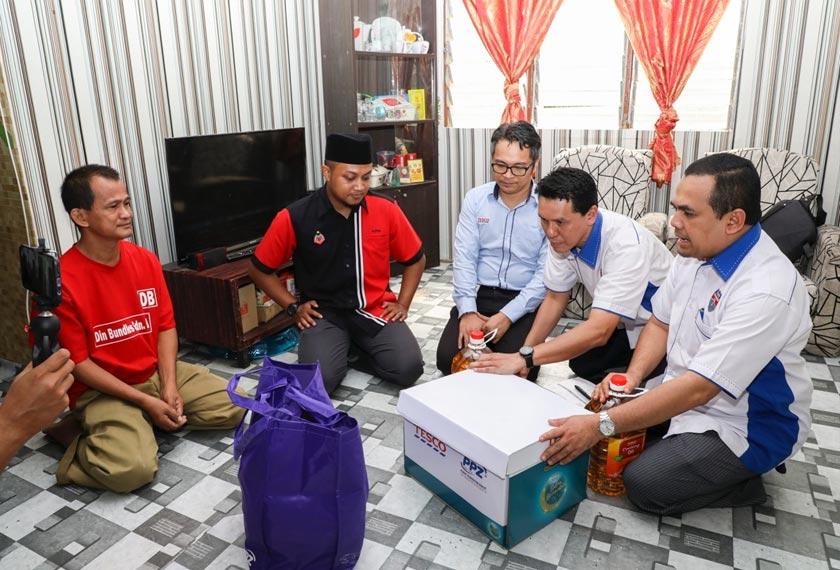 Pengurus Besar Tesco Extra Selayang, Khayrul Niddar Ahmad (tiga, kanan) berkata konsep wakalah itu adalah dengan mengembalikan semula wang zakat daripada potongan zakat gaji pekerja-pekerja Tesco bagi membantu golongan asnaf. - Foto PPZ MAIWP / Amirul Roshidi