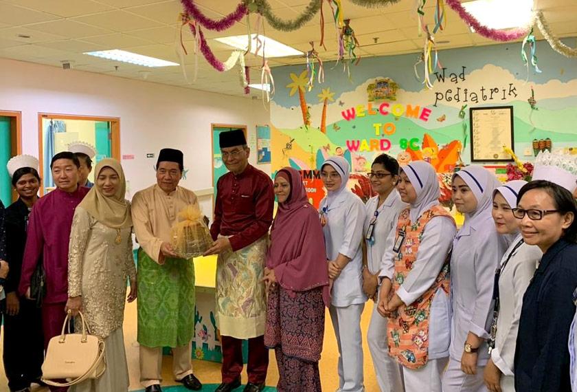 Petugas di Hospital Sungai Buloh yang terpaksa bekerja di hari raya Aildilfitri ceria menerima kunjungan Menteri Kesihatan, Dr Dzulkefly Ahmad