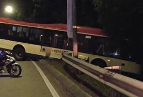 Pemandu bas nyaris maut, bas masuk cerun