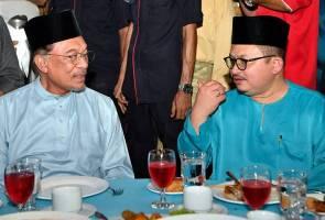 Azmin tidak perlu diminta bercuti - Anwar