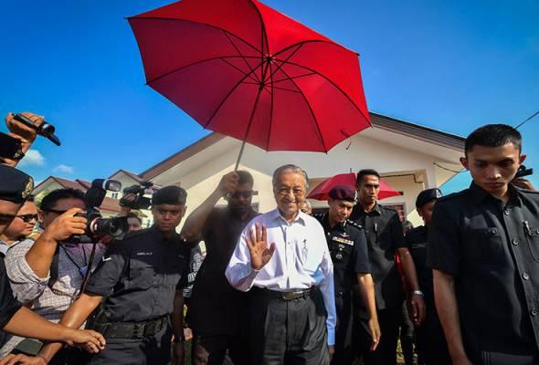 Penjawat awam perlu elak dari dipengaruhi parti politik - Tun M