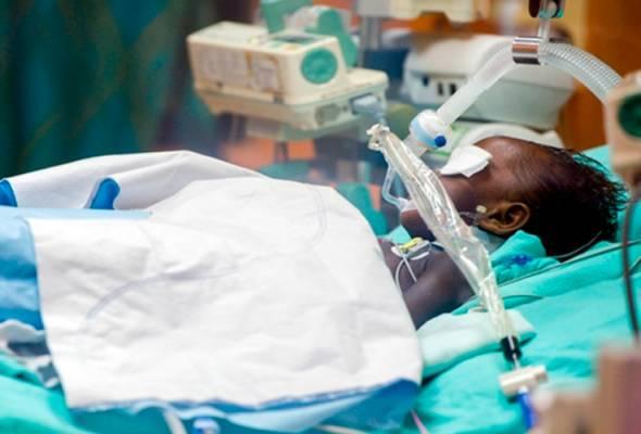 Nasri Rosli, 3, menerima rawatan di Unit Rawatan Rapi Pediatrik (PICU) Hospital Raja Perempuan Zainab II (HRPZII). - Foto Bernama   Astro Awani