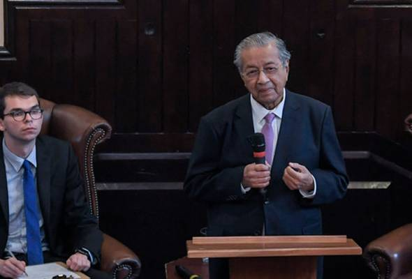 Dr Mahathir menyampaikan ucapan sempena lawatan kerja di The Cambridge Union Society pada Ahad, 16 Jun, 2019. Turut hadir, Speaker Jawatankuasa Kesatuan Pelajar Cambridge, Adam Davies. --fotoBERNAMA | Astro Awani