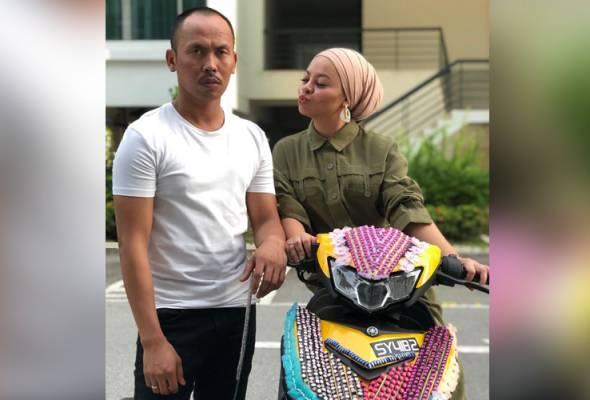 Berubah wajah pelawak terkenal Shuib Sepahtu apabila motosikalnya Yamaha Y15ZR-nya dimekap oleh isteri tercinta Siti Sarah. -Instagram   Astro Awani