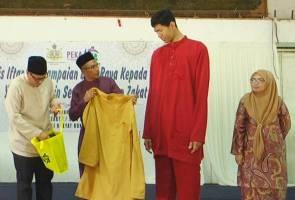 Individu tertinggi di Malaysia gembira dapat baju raya baru