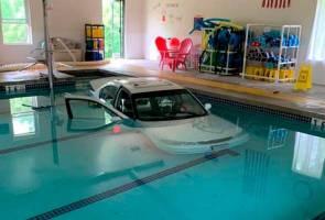Nenek 93 tahun cemas, kereta terbabas masuk kolam renang