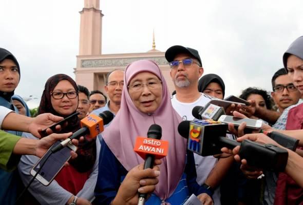 Dr Wan Azizah pada sidang media sempena Program Brisk Walk di perkarangan Dataran Masjid Putra hari ini. Turut kelihatan Timbalan Menteri Pelancongan Seni dan Budaya Muhammad Bakhtiar Wan Chik (topi). -- fotoBERNAMA   Astro Awani