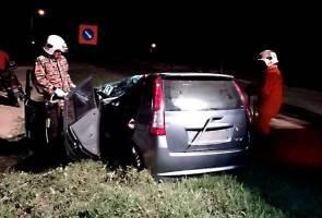 Wanita maut, kereta dihempap pokok di hadapan masjid