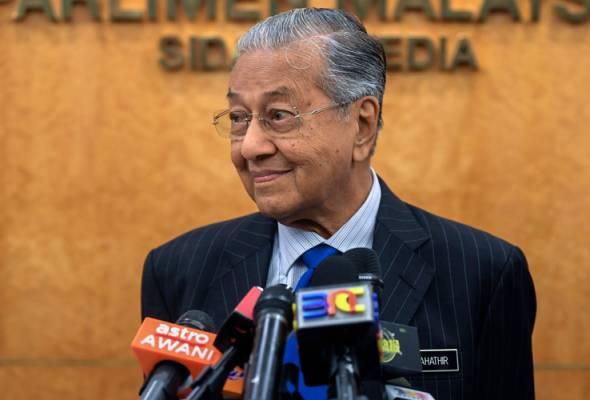 Dr Mahathir juga melihat kerjasama di antara kedua-dua parti yang pernah bermusuh sejak sekian lama itu tidak memberikan sebarang makna. - Gambar fail | Astro Awani
