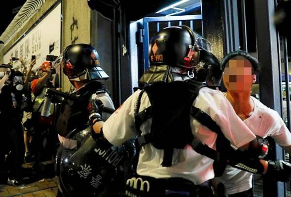 Balai polis dibaling telur oleh penunjuk perasaan Hong Kong