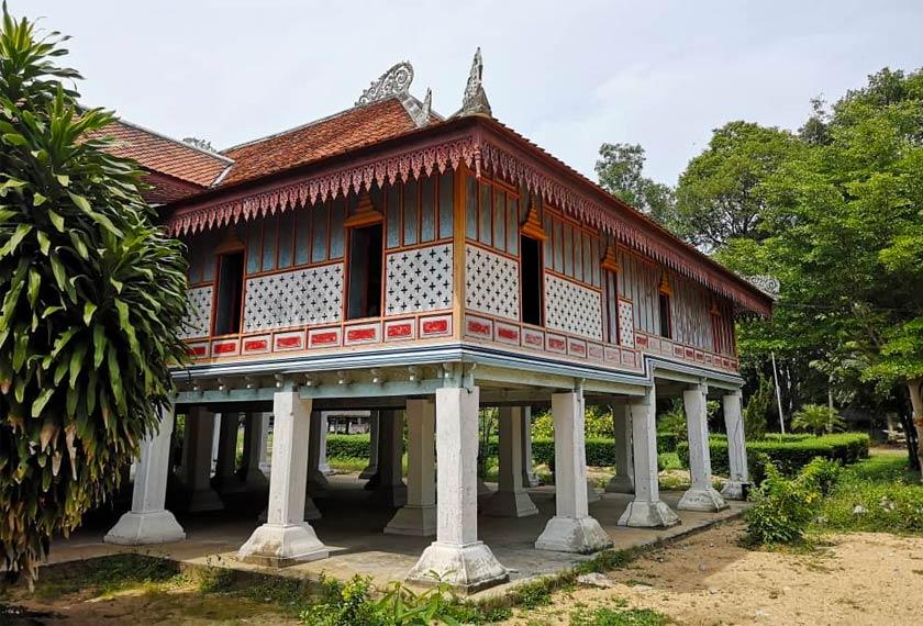 Wat Chon Thara Singhe menempatkan banyak binaan kuil diraja lama yang menjadi tarikan pelancong.