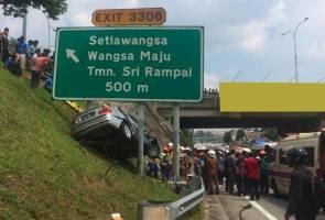 Kereta terbabas, wanita parah tersepit dalam kereta