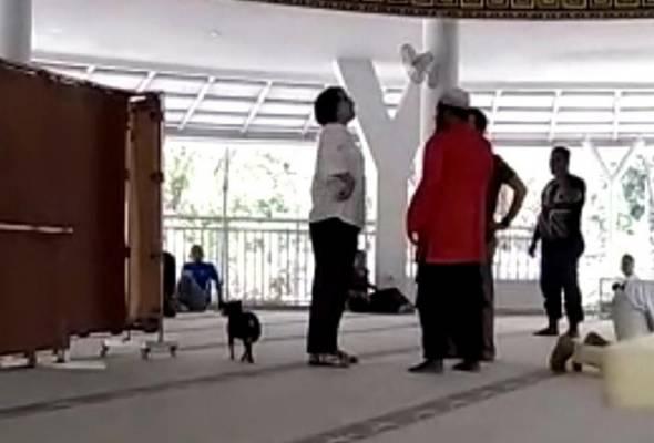 Wanita itu mengamuk lalu melepaskan anjingnya ke lantai apabila ditegur jemaah masjid. -  Sumber foto Liputan6   Astro Awani