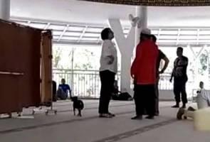 Kecoh! Wanita pakai kasut, bawa anjing dalam masjid di Bogor