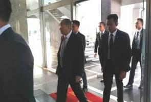 Di hari lahir, Tun M tiba di Parlimen 8.10 pagi