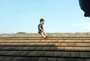 Panjat bumbung klinik kerana takut bersunat