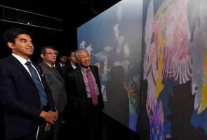 Sotong hasil lakaran Tun Mahathir diabadikan di teamLab Future Park