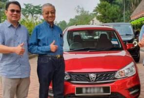 Dr Mahathir pandu Proton Saga baharu kelilingi ibu negara