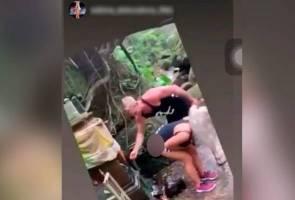 Gara-gara cuci punggung guna 'air suci' di Bali, pasangan Rusia dikecam netizen Indonesia