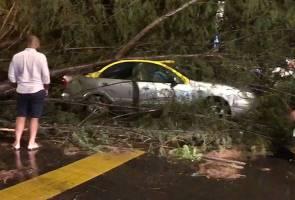 Ribut Langkawi: Bangunan rosak dibadai angin kencang, kenderaan ditimpa pokok