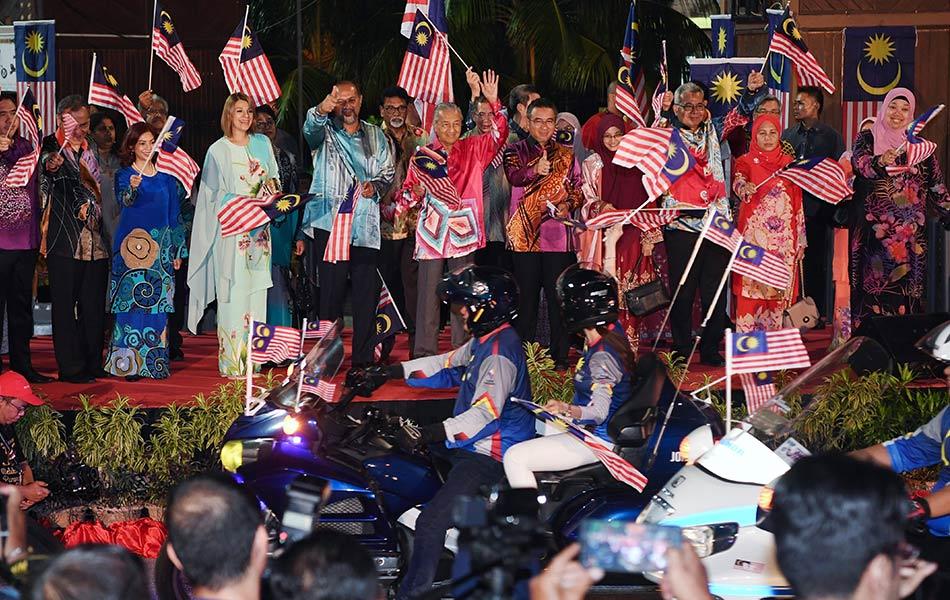 Perdana Menteri Tun Dr Mahathir Mohamad ketika melepaskan peserta konvoi Kembara Merdeka Jalur Gemilang selepas Pelancaran Bulan Kebangsaan dan Kibar Jalur Gemilang 2019 di Dataran Pahlawan pada 3 Ogos lalu.- fotoBERNAMA
