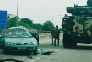 Kereta perisai tentera kemalangan dengan sebuah kereta