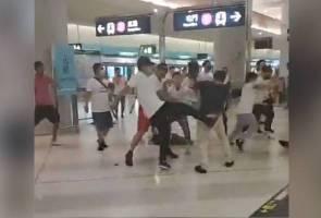 Demonstrasi Hong Kong: Tren ke lapangan terbang dihentikan