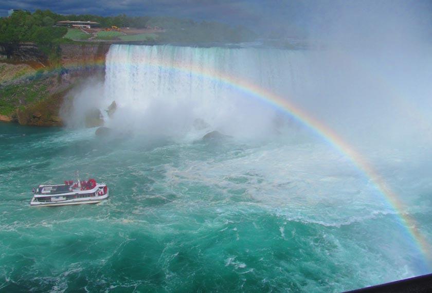 Pengunjung boleh memilih sama ada menaiki bot sehingga ke tengah Air Terjun Kanada, atau boleh juga menaiki helikopter.